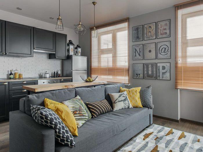 Серый диван на кухне-гостиной в пастельных тонах