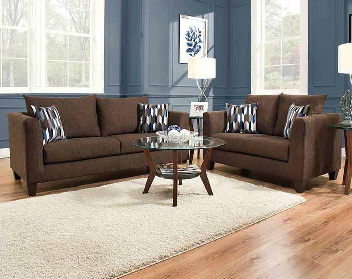 Коричневый диван на полу из ламината