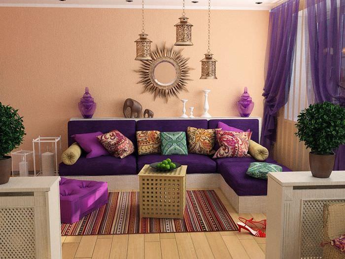 Светло-коричневый диван в гостиной марокканского стиля