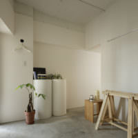Светлая прихожая частного дома в стиле минимализма