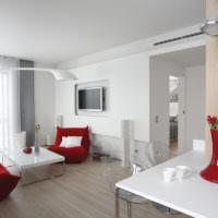Белый интерьер гостиной с акцентами красного цвета