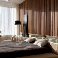 Оформление стены в спальне деревянными рейками