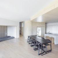 Минимум мебели в гостиной частного дома