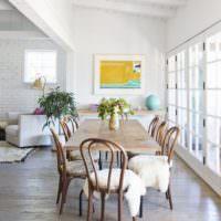 Деревянная мебель в гостиной с панорамным окном