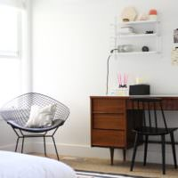 темный письменный стол в белой спальне