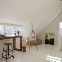 Деревянный стол в белой комнате