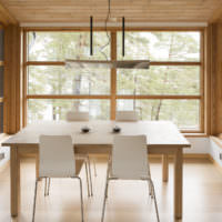 Обеденная зона на кухне загородного дома