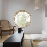 Круглое окно в стен гостиной загородного дома