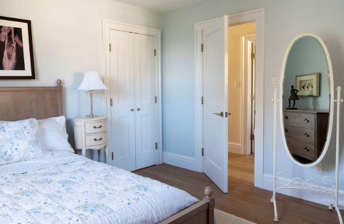 Приоткрытая белая дверь в спальне супругов