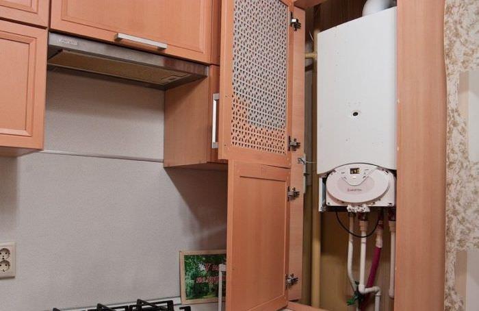 Решетчатая дверка кухонного шкафа с встроенным газовым котлом