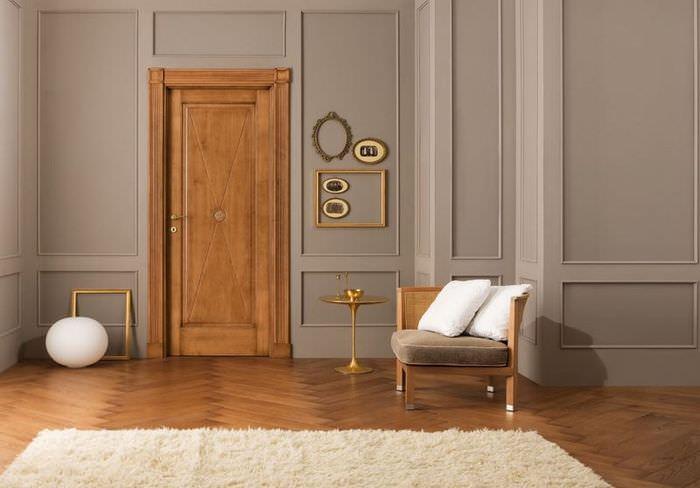 Дверь из ольхи со светлой отделкой в интерьере гостиной