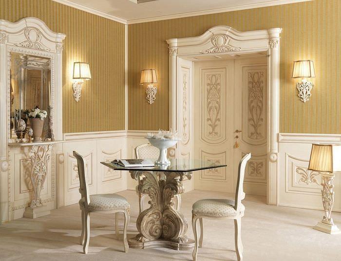 Светло-кремовые двери в классическом интерьере