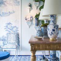 Столик с резьбой в классическом стиле