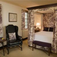 Пестрый текстиль в оформлении классической спальни
