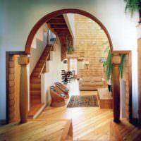 Деревянные колонны в дверном проеме