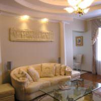 Оформление стены над диваном с помощью колонн