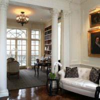 Интерьер классической гостиной с античными колоннами