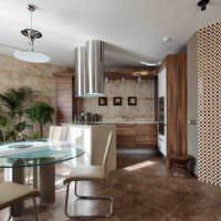 Кориневая керамическая плитка в гостиной частного дома