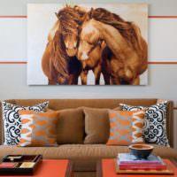 Декорирование стены над коричневым диваном