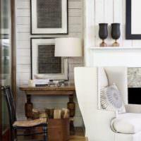 Коричневая мебель в комнате с белыми стенами