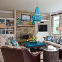Гостиная в стиле прованс с синим светильником на потолке