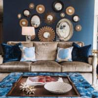 Декоративные зеркала над диваном в гостиной