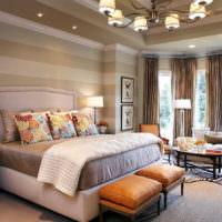 Бежевые и кремовые полосы на стене спальни
