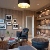 Декорирование гостиной картинами и нишами