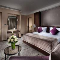 Сочетание коричневого с фиолетовым в интерьере спальни