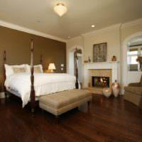 Темно-коричневый пол в спальном помещении