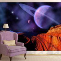 Классическое кресло на фоне фотообоев космической тематики