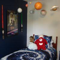 Декорации в виде планет над детской кроватью