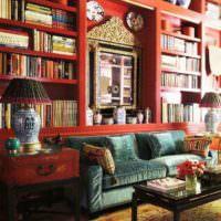 Красные полки для книг в гостиной над диваном