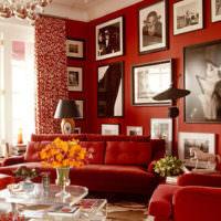 Картины на красной стене в гостиной