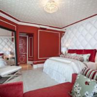 Красно-белая спальня в городской квартире