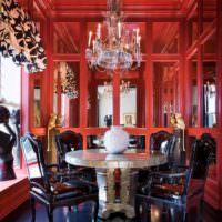 Хрустальная люстра в красной гостиной