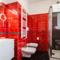 Красный кафель в ванной комнате