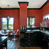 Черный кухонный гарнитур на фоне вишневых стен