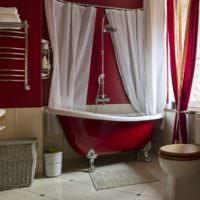 Белые шторы в красной ванной
