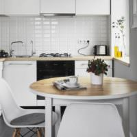 Белая кухня с круглым столом