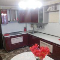 Кухонный гарнитур с малиновыми дверцами
