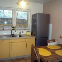 Мойка вместо подоконника на кухне частного дома