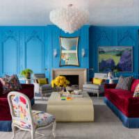 Гостиная с голубыми стенами и бардовым диваном