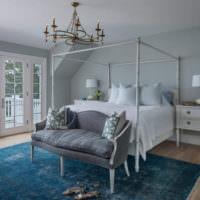 Интерьер спальни в пастельных тонах с люстрой на потолке