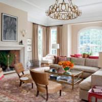 Подвесная люстра в интерьере гостиной частного дома