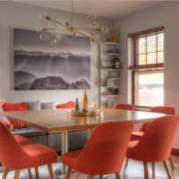 Красные стулья за обеденным столом в гостиной