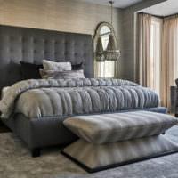 Черная кровать в серой спальне