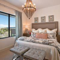 Конусообразная люстра в спальне городской квартиры