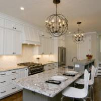Стильные люстры в кухне-гостиной
