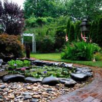Извилистая садовая тропинка из кирпича